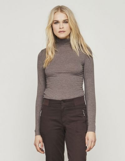 T-shirt with a turtleneck and long sleeves
